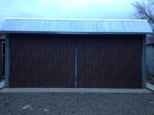 Ворота отделанные металлическим сайдингом эко брус темный дуб